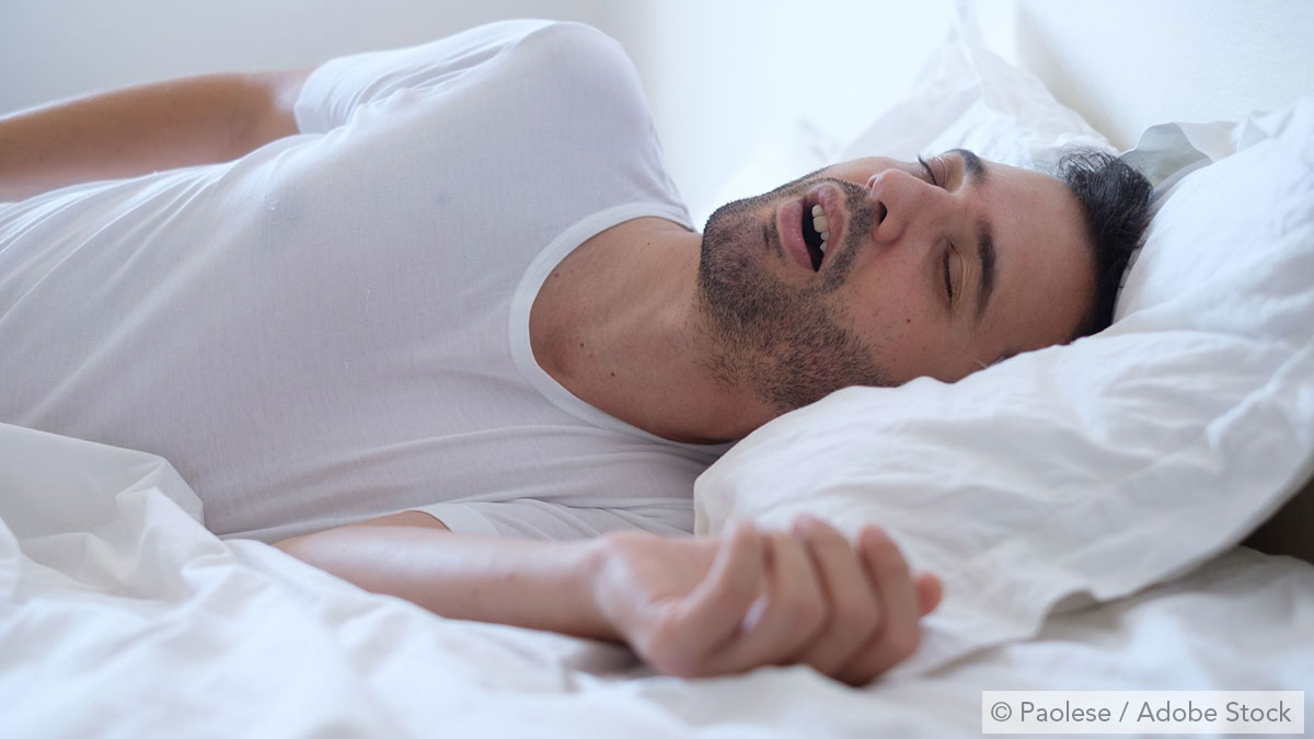 Mann schnarcht mit geöffnetem Mund