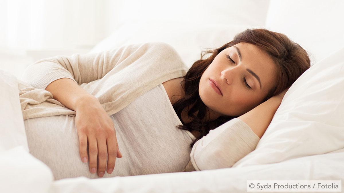 Schwangere Frau schläft
