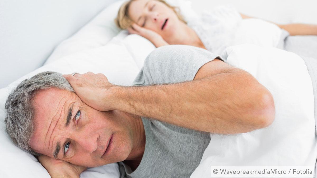Mann fühlt sich gestört vom Schnarchen