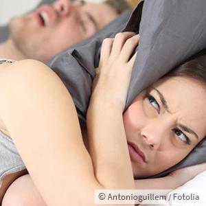 Frau fühlt sich gestört vom Schnarchen
